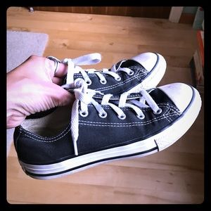 Black kid's Converse ox sneakers, size 2